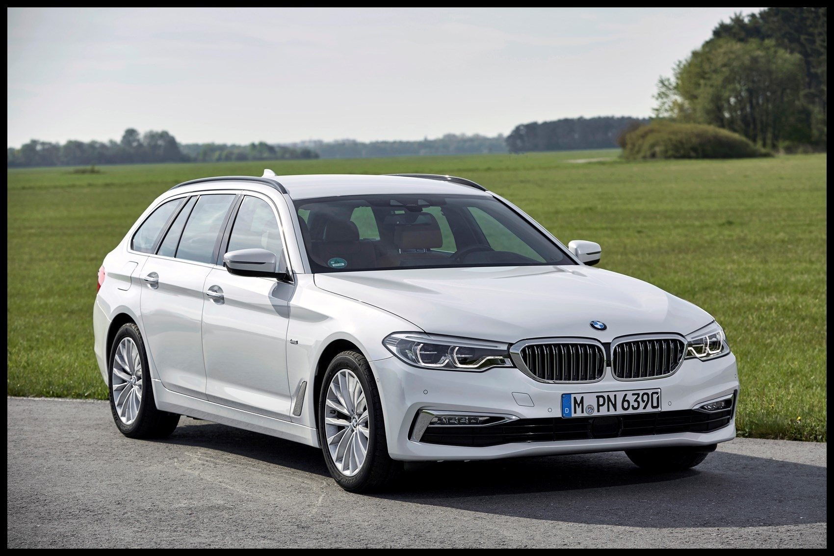 BMW 2017 5 Series Touring static exterior